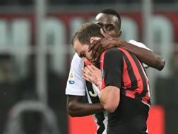 Matuidi prova a calmare Higuain dopo il rosso ricevuto dall'argentino in Milan-Juve. AFP