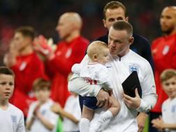 Wayne Rooney, 33 anni, in campo con i figli prima della sua ultima partita con l'Inghilterra. Getty