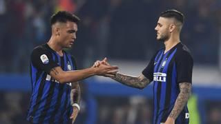 Una stretta di mano tra Lautaro Martinez, 21 anni, e Mauro Icardi, 25 anni Getty