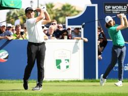 Francesco Molinari (a sinistra) e Tommy Fleetwood sul green di Dubai GETTY