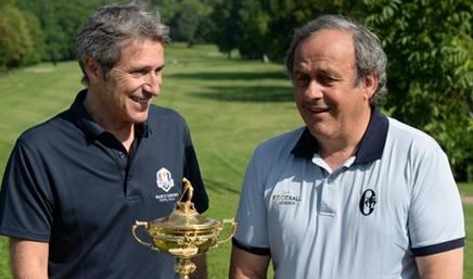 Gian Paolo Montali (con Michel Platini) posa con la Ryder Cup