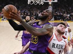 LeBron James, 33 anni, in azione contro Portland AP