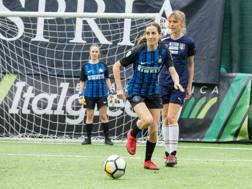 Rocío  Rodriguez con la moglie dell'Inter, durante un derby tra wags a calcetto.