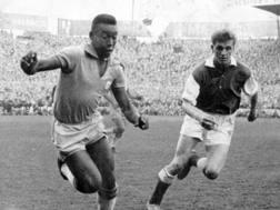 Flemming Nielsen e Pelé in un'amichevole tra Danimarca e Brasile