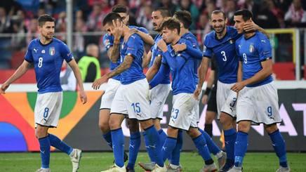 L'abbraccio degli azzurri dopo la vittoria contro la Polonia. LaPresse