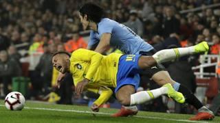 Il fallo di Edinson Cavani su Neymar in Brasile-Uruguay. Ap