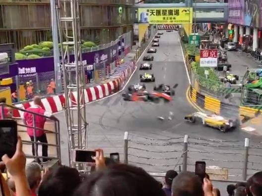 Sophia Floersch vola letteralmente fuori dalla pista  di Macao dopo un incidente