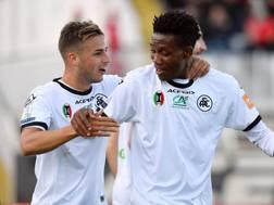 Matteo Ricci e David Okereke festeggiano la vittoria dello Spezia sul Benevento. LaPresse