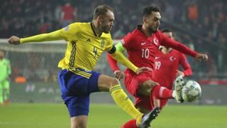 Hakan Calhanoglu contrastato da Granqvist in Turchia-Svezia. Ap