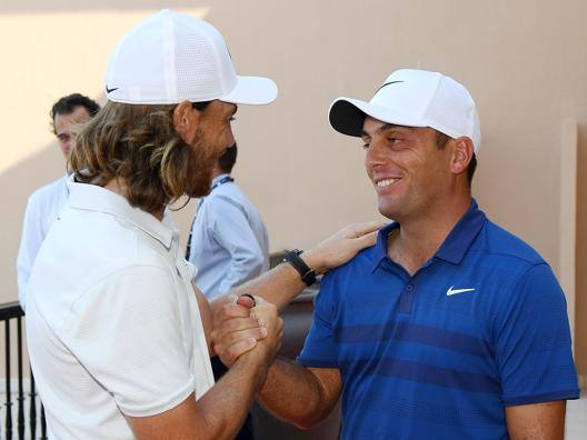 L'inglese Tommy Fleetwood stringe la mano a Francesco Molinari. Getty