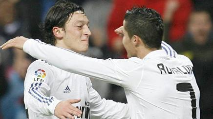 Mesut Ozil e Cristiano Ronaldo. Epa
