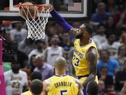 LeBron James schiaccia contro Miami. Epa