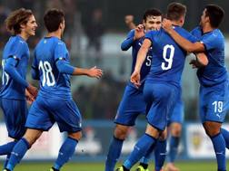 L'Under 20 azzurra festeggia il gol di Pinamonti contro la Germania. Getty