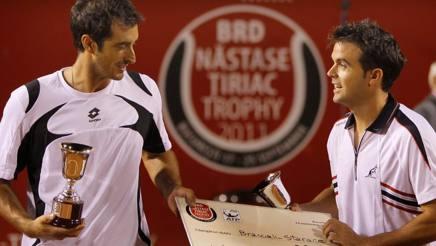 Potito Starace e Daniele Bracciali dopo la vittoria del torneo di Bucarest 2011. Epa