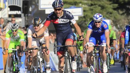 Matteo Pelucchi, alla Tirreno-Adriatico 2014, batte in volata a Cascina Demare (a destra in azzurro) e Greipel (maglia bianca) (foto Bettini)