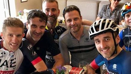 Michele Bartoli (il secondo da sinistra) insieme a Robert Kubica, (a destra) e agli altri compagni di uscite, tra i quali anche Alessandro Petacchi. Instagram alepeta74