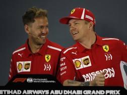 Vettel e Raikkonen scherzano in conferenza stampa. Ap