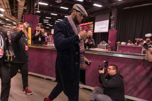 LeBron James torna nella Quicken Loans Arena prima della partita con i Cleveland Cavaliers. Afp