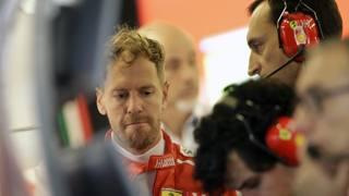Sebastian Vettel ai box Ferrari. Ap