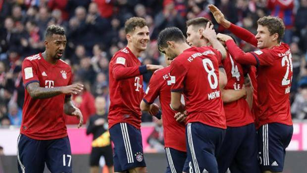 Il Bayern festeggia dopo il gol di Thomas Muller EPA