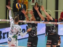 Un attacco di Uros Kovacevic, 25 anni, nela sfida vinta da Trento su Padova. Legavolley.it