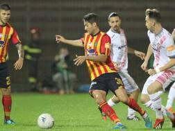 Manuel Scavone, 31 anni, e  Gaetano Castrovilli, 21, si contendono il pallone. LaPresse
