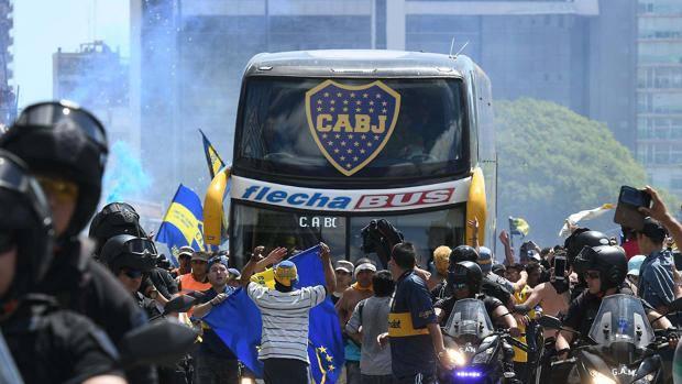 Il pullman del Boca diretto ieri allo stadio. Afp