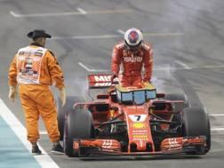 Kimi Raikkonen esce dalla sua Ferrari in panne. Ap