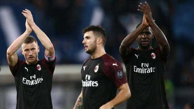 Abate, Zapata e Cutrone ringraziano i tifosi rossoneri alla fine della partita con la Lazio. Getty