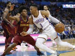 Russell Westbrook attacca Collin Sexton (Cleveland). AP