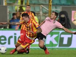 Un contrasto di gioco durante la sfida tra Palermo e Benevento. Getty