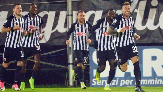 I giocatori dell'Ascoli esultano dopo un gol. LaPresse