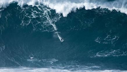 Francisco Porcella cavalca l'onda gigante a Nazaré, Portogallo