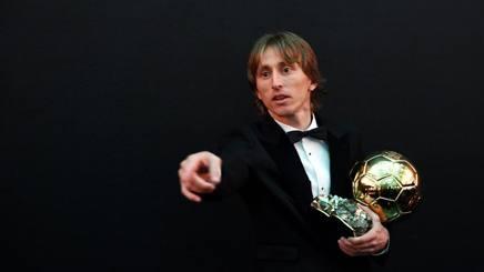 Luka Modric con il Pallone d'oro. AFP