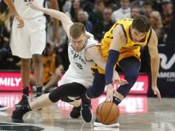 Bertans (Spurs) e Korver (Jazz) su una palla vagante. AP