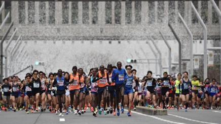 Spruzzi d'acqua alla maratona di Tokyo. AFP
