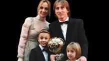 Luka Modric, 33 anni, con la famiglia alla premiazione del Pallone d'oro