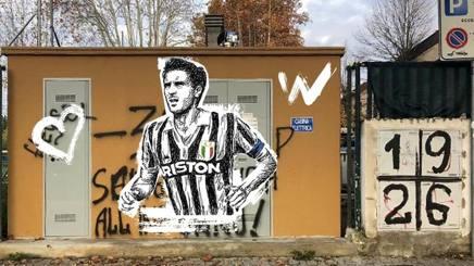 La scritta d'odio verso Scirea e apparsa nei pressi dello stadio Franchi prima di Fiorentina Juve. Scritta che abbiamo rimosso con un'immagine del calciatore