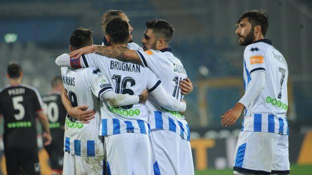 L'esultanza del Pescara per il 2-0 al Carpi. LaPresse
