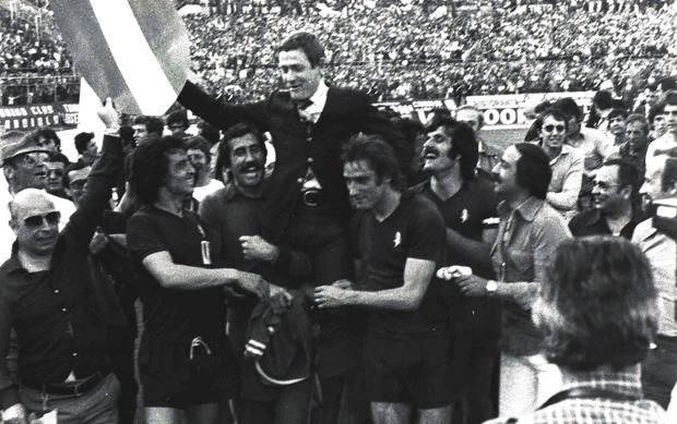 Gigi Radice portato in trionfo dopo la conquista dello scudetto con il Torino. Lapresse