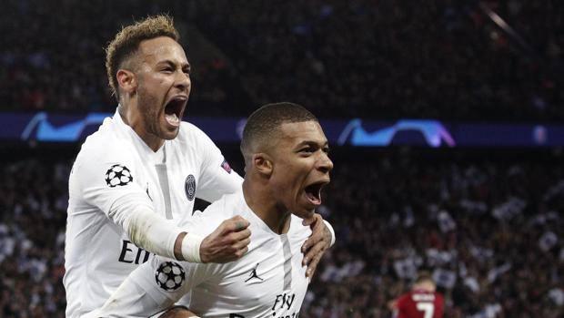 Neymar e Mbappé esultano per un gol del Psg. Epa