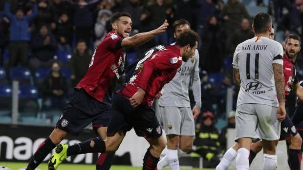 L'esultanza del Cagliari per il gol di Ionita. Ansa