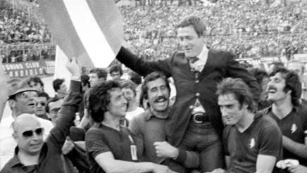 Gigi Radice portato in trionfo dai calciatori del Torino dopo aver vinto lo scudetto nella stagione 1975-1976. LaPresse