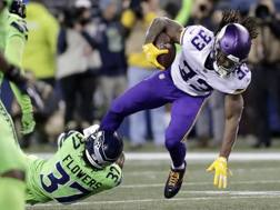 Un'immagine del Monday Night: Flowers (Seattle) tenta il placcaggio su Cook (Minnesota) AP