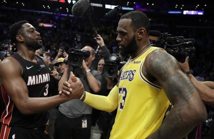 Il saluto a fine partita tra Dwyane  Wade e LeBron James AP