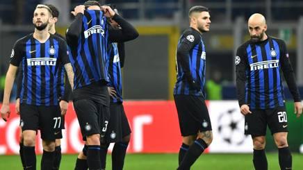 La delusione dei giocatori dell'Inter dopo l'eliminazione dalla Champions League. Ansa