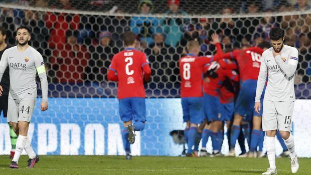 La delusione della Roma per il secondo gol del Viktoria Plzen. Ap