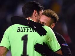 L'abbraccio tra Buffon e Neymar. Afp