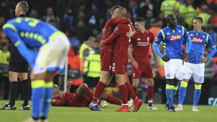 Il Liverpool festeggia in mezzo alla delusione del Napoli. Ap