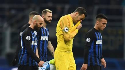 I giocatori dell'Inter lasciano il campo delusi al fischio finale. Getty